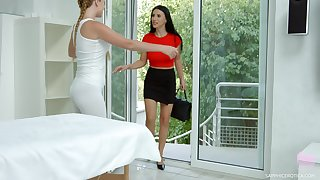 Hot masseuse learns from the brush client lose concentration she likes sapphic sex